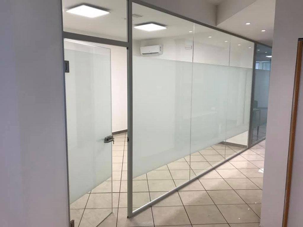 pellicola satinata alle pareti vetrate di uffici